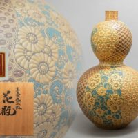 陶志凰窯五代目 作田利男(花仙)造 九谷焼 本金盛小紋 花瓶 高さ39.0cm 共箱