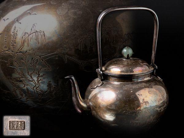 【純銀刻】翡翠摘花蝶図蓋 山水図 銀瓶