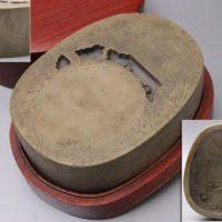 書道具 山水楼閣図彫 池形墨池 端渓硯 重量3.7kg 唐木蓋台座付属