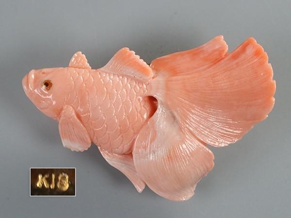 金具K18刻 珊瑚 金魚図 帯留