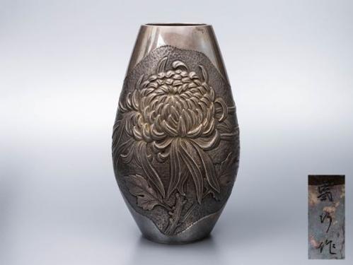 【純銀刻】在銘 打出菊文 花瓶 重量636.5g 合箱 / 金工美術銀器華道具茶道具茶室花器花入花生壷壺シルバーsilver